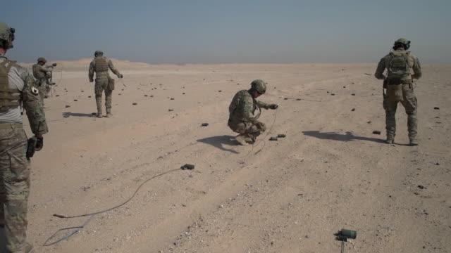 vidéos et rushes de explosive ordnance disposal flight airmen conduct rapid airfield damage repair training at udairi range, kuwait. - bombe