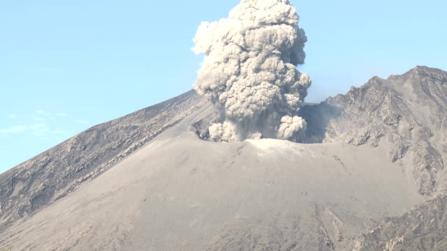 explosive volcanic eruption at sakurajima volcano - vulkanausbruch stock-videos und b-roll-filmmaterial