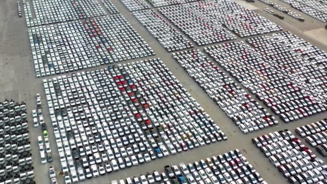 vidéos et rushes de voitures d'exportation en attente d'expédition - embarras du choix
