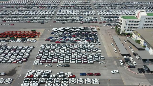 vídeos de stock, filmes e b-roll de vagões de exportação à espera de transporte - indústria automobilística