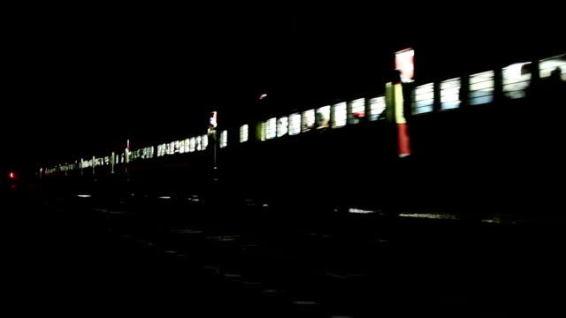 vídeos de stock, filmes e b-roll de trem expresso, em frente à noite - cauda
