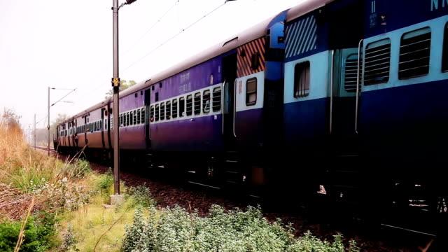 stockvideo's en b-roll-footage met expres trein passeren railroad station - forensentrein