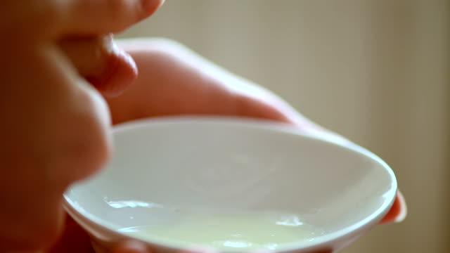 ausdruck breastmilk - brustwarze stock-videos und b-roll-filmmaterial