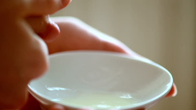 vídeos de stock, filmes e b-roll de expressando breastmilk - mamilo