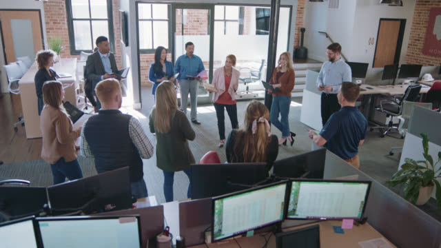 vidéos et rushes de expressive latin-american businesswoman leads a positive large team business meeting - directrice