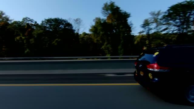 vídeos y material grabado en eventos de stock de autopista de nyc xviii sincronizados serie izquierda placa de estudio proceso de conducción - side view