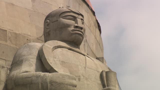 vídeos de stock e filmes b-roll de ext monument to the revolution, mexico city - figura feminina