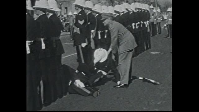 vídeos y material grabado en eventos de stock de ext state parliament house / various out of cars clergy military officer salutes police contingent / mounted escort nsw governors car / nsw governor... - 1957