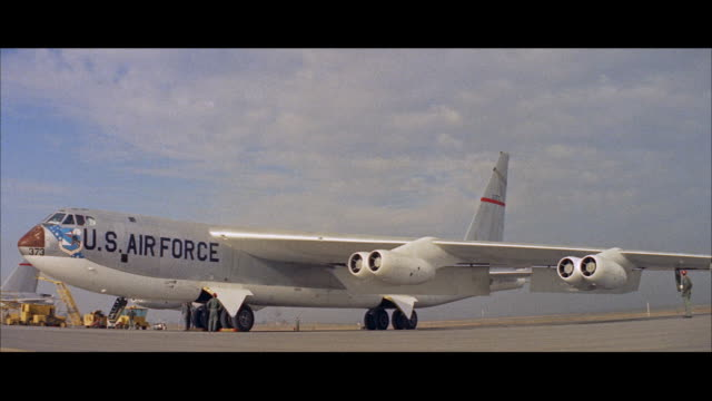 vídeos de stock e filmes b-roll de ms extablishing flight line with b 52 military jet bomber airplane  - avião bombardeiro