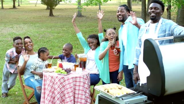 Afrikanisch-amerikanischen Großfamilie mit Grillparty