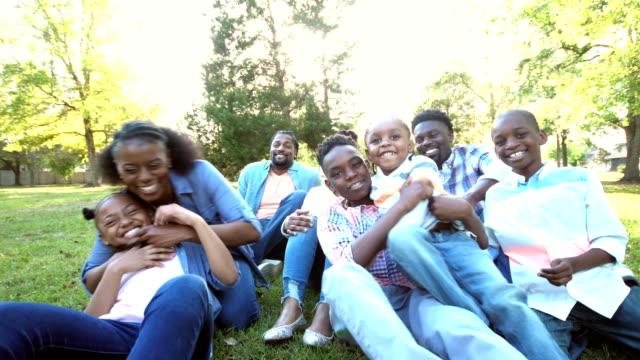 Afrikanisch-amerikanischen Großfamilie laufen, spielen