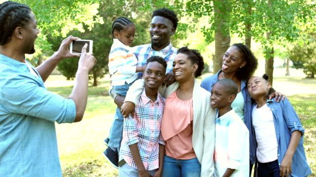 Großfamilie Foto, Grimassen in die Kamera
