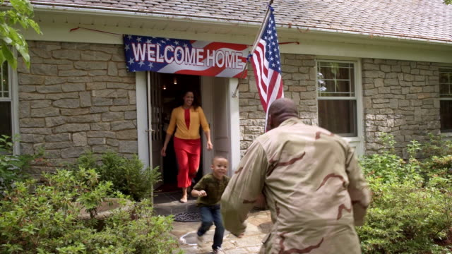 vídeos de stock, filmes e b-roll de extended family welcoming military man returning home - uniforme militar