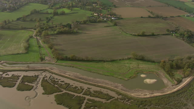 vidéos et rushes de exterior aerial shots along the river deben tidal estuary on november 17, 2015 in leiston, england. - érodé
