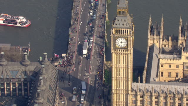 exterior aerial shots along westminster bridge to the palaces of westminster following the route took by terrorist khalid masood on 24 march 2017 in... - westminster bridge stock-videos und b-roll-filmmaterial