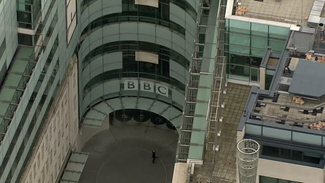 vidéos et rushes de exterior aerial shots bbc broadcasting house in central london bbc broadcasting house aerials on november 12, 2012 in london, england - bbc