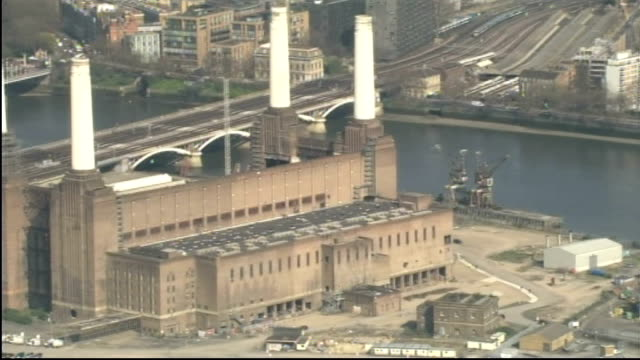 exterior aerial shots of battersea power station on april 13 2010 in london england - バタシー点の映像素材/bロール
