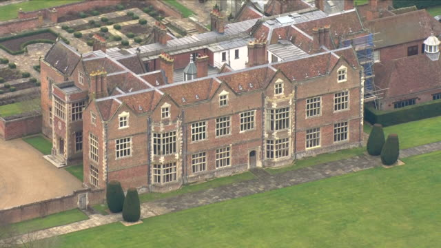 vídeos y material grabado en eventos de stock de exterior aerial shots of chequers court the country residence of the british prime minister theresa may including shots of security officers stood on... - buckinghamshire