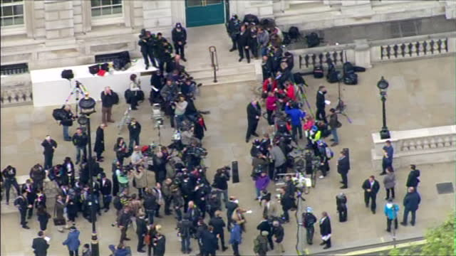 exterior aerial shots of crowds of media outside the cabinet office waiting for an announcement on the progress in forming a coalition government in... - 英自由民主党点の映像素材/bロール