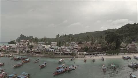vídeos y material grabado en eventos de stock de exterior aerial shots of fishing boats, beaches and shacks along phi phi island on august 27th, 2014 in phi phi, thailand. - islas phi phi