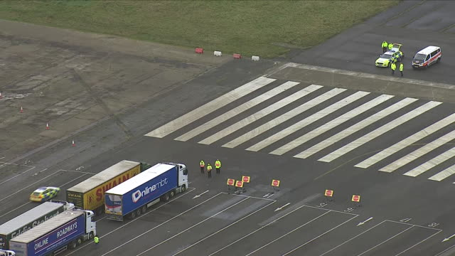exterior aerial shots of hgv's parked on a wide empty runway at the now-closed manston airport for an exercise to test readiness in the event of a... - eurotunnel folkestone stock-videos und b-roll-filmmaterial