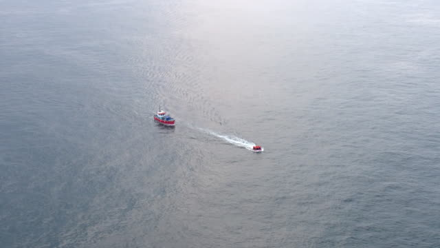 exterior aerial shots of migrants piled into a small rubber dinghy boat attempting to cross the english channel on 18 august 2020 off the coast of... - kent england bildbanksvideor och videomaterial från bakom kulisserna