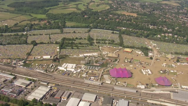vídeos de stock, filmes e b-roll de exterior aerial shots of reading festival camp ground after the end of the festival, with an abundance of abandoned tents and debris after being... - carling weekend reading festival