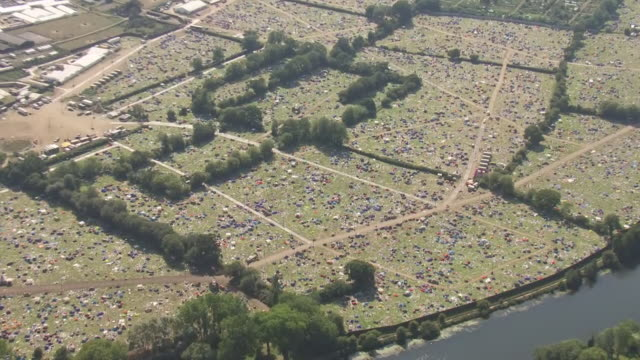vídeos y material grabado en eventos de stock de exterior aerial shots of reading festival camp ground after the end of the festival, with an abundance of abandoned tents and debris after being... - reading and leeds festivals