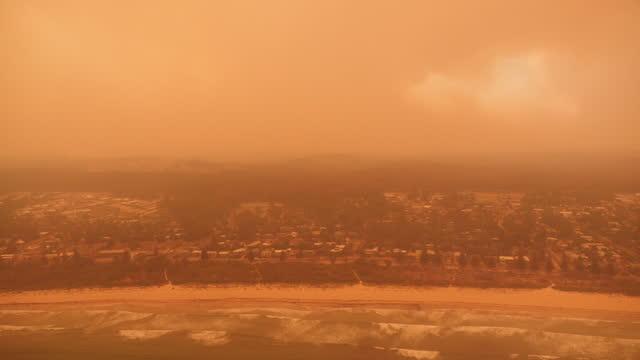 vídeos y material grabado en eventos de stock de exterior aerial shots of residential area in an orange cloud during bushfires disaster on 4 january 2020 in australia. - australia