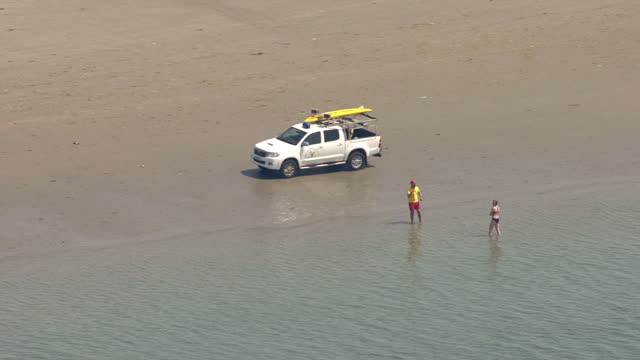 vídeos y material grabado en eventos de stock de exterior aerial shots of sandbanks beach with people swimming and sunbathing and coast guard personnel on patrol on 20 june 2017 in bournemouth... - bournemouth