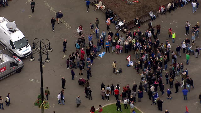 vídeos y material grabado en eventos de stock de exterior aerial shots of st george's square glasgow with various pro independence campaigners listening to a busker and generic shots of glasgow city... - glasgow escocia