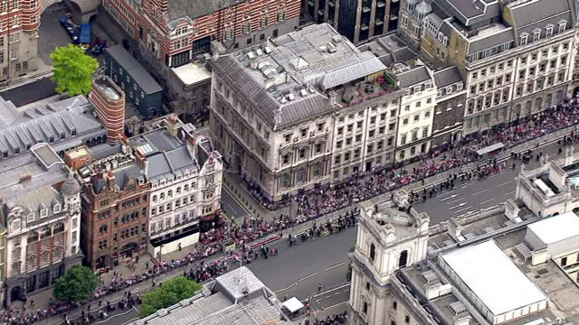 exterior aerial shots of the houses of parliament as crowds of people line the streets surrounding it for a day of events to commemorate vj day on... - vj演出点の映像素材/bロール