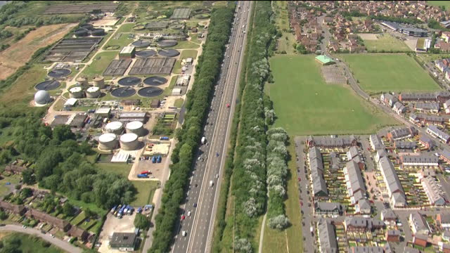 exterior aerial shots of the m4 motorway passing taplow lake then jubilee river river thames to maidenhead beyond it then back onto m4 on 17 july... - イギリス バークシャー点の映像素材/bロール