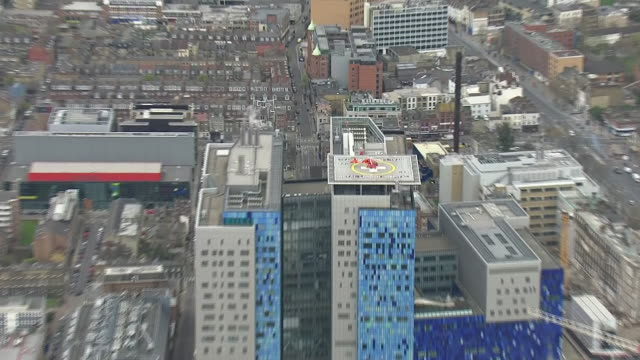 exterior aerial shots of the royal london hospital with an air ambulance helicopter on helipad during the coronavirus pandemic on 1 april 2020 in... - ヘリポート点の映像素材/bロール