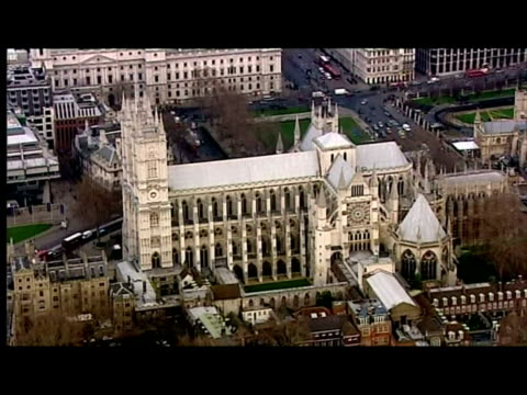 vidéos et rushes de exterior aerial shots of westminster abbey including close ups of union flag flying on flagpole. - 50 secondes et plus