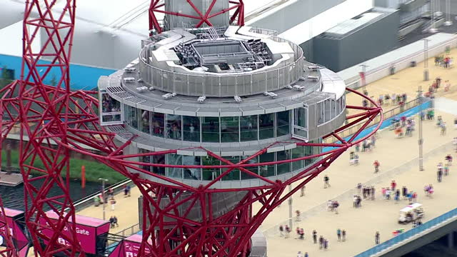 exterior aerial shots olympic park orbit tower with crowds of people walking below on the olympic walkways olympic park orbit tower aerials on august... - 2012年ロンドン夏季オリンピック点の映像素材/bロール