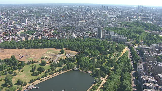 exterior aerial shots over london from hyde park to the thames and london eye on july 18, 2012 in london, england. - ランベス点の映像素材/bロール