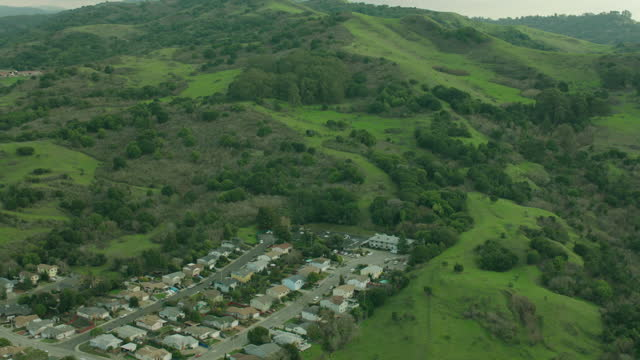 vídeos de stock, filmes e b-roll de exterior aerial shots over the san francisco bay area and surrounding hills on 6 june 2016 in san francisco united states - baía de são francisco