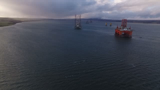 vídeos de stock, filmes e b-roll de exterior aerial shots the west phoenix oil drilling rig anchored in the cromarty firth at dawn on january 28 2016 in cromarty scotland - ancorado