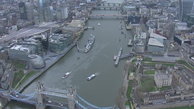 exterior aerial views of a track down the river thames from tower bridge and the tower of lonon to the palace of wesminster during the covid19... - absence stock videos & royalty-free footage
