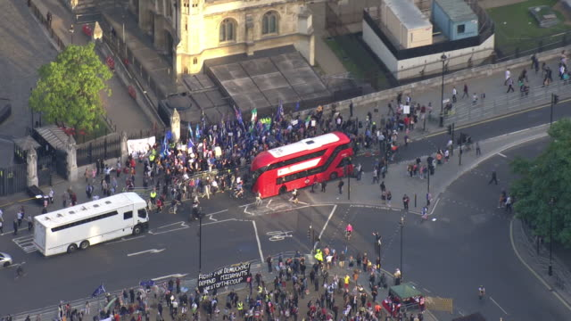 vidéos et rushes de exterior aerial views of protesters gathering in parliament square and outside the house of commons gates on 3 september 2019 in london united kingdom - parlement britannique