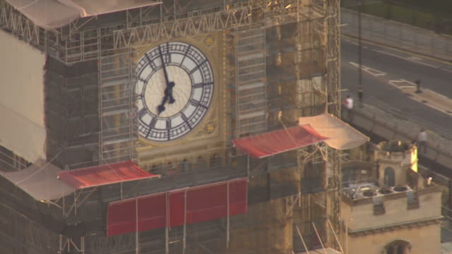exterior aerial views of the houses of parliament, including big ben and a defend our democracy protest on parliament square on 4 september 2019 in... - big ben stock-videos und b-roll-filmmaterial