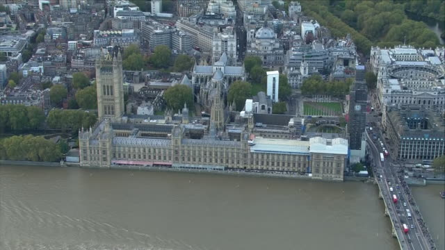 vidéos et rushes de exterior aerial views of the houses of parliament seen on budget day also including westminster abbey and the london eye on october 29 2018 in london... - parlement britannique