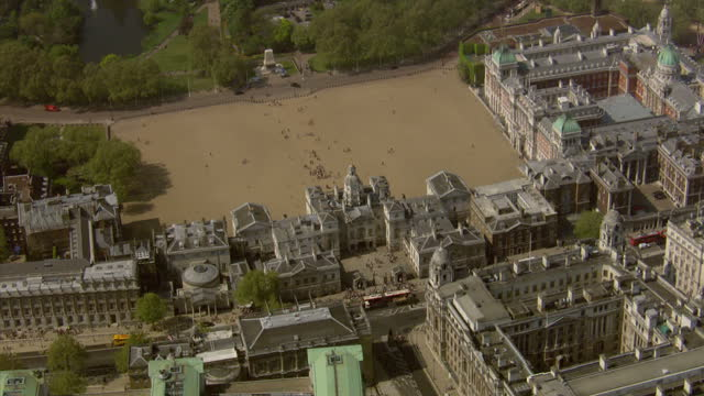 vídeos y material grabado en eventos de stock de exterior aerials horse guards building showing the large parade ground st jame's park the surrounding area horse guards aerials on april 20 2011 in... - rodear