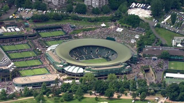 vídeos y material grabado en eventos de stock de exterior aerials shots of wimbledon tennis club including centre court arena aerial shots of wimbledon tennis club at wimbledon on june 25 2013 in... - pistas