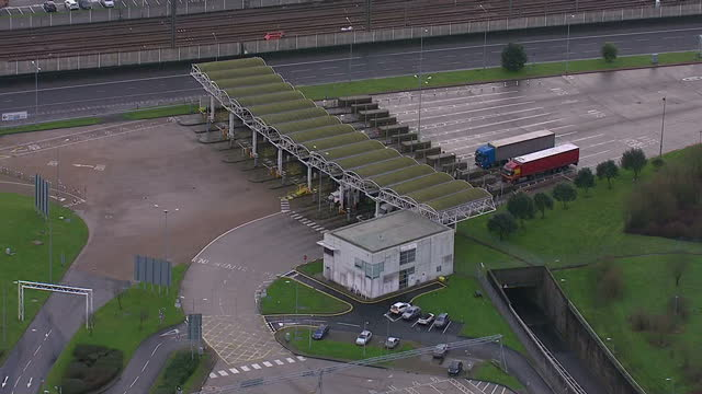 vídeos de stock, filmes e b-roll de exterior aerials shows euro tunnel les shuttle terminal lorries pulling into check points on january 08 2015 in dover england - tunnel