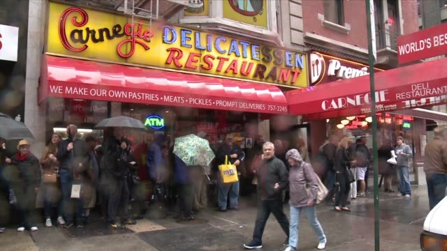 vídeos de stock, filmes e b-roll de wpix exterior and interior of new york city's iconic carnegie deli on sept 30 2016 after it was announced that the owner would be closed flagship... - loja de conveniência