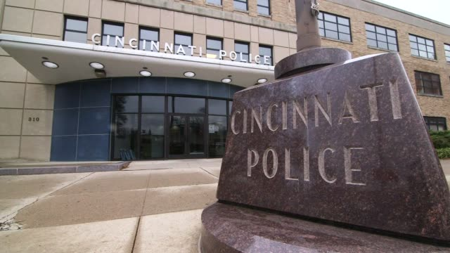 stockvideo's en b-roll-footage met exterior and interior shots of the cincinnati police station in cincinatti ohio in fall on 1292014 exterior wide shots of the front of the police... - politiestation