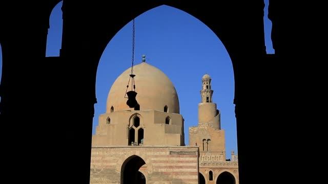 exterior and interior shots of the mosque of ahmed ibn tulun in cairo, egypt on december 06, 2018. - gårdsplan bildbanksvideor och videomaterial från bakom kulisserna