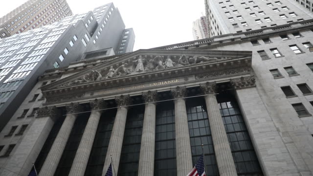 vídeos y material grabado en eventos de stock de exterior and surroundings of the new york stock exchange in new york, u.s., on tuesday, december 31, 2019. - street name sign